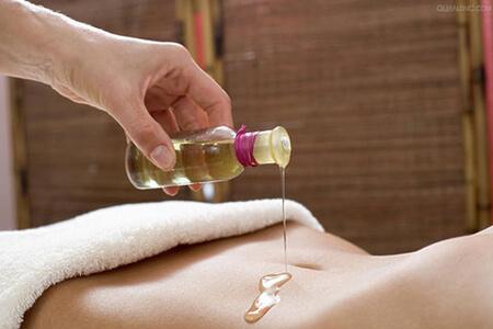 Massaggi rilassanti con candele di olio caldo aromatico