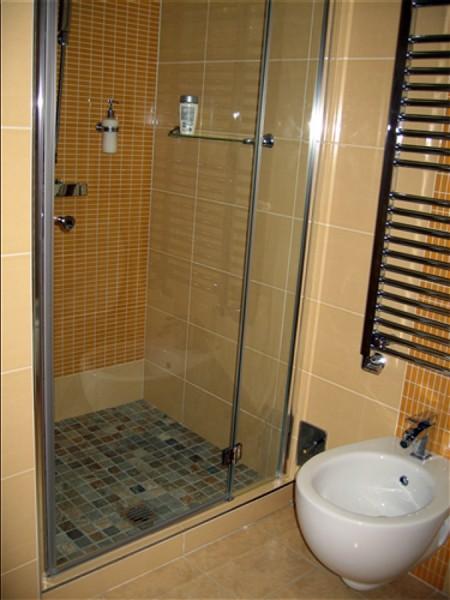 Doccia con muretto box doccia in vetro dangolo con porta - Costruire box doccia ...