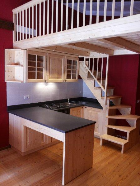 Cucine in legno massello della bella franco falegnameria - Cucina con soppalco ...