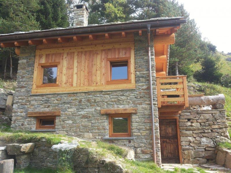 Rivestimento esterno baita in montagna della bella for Arredamento baita montagna