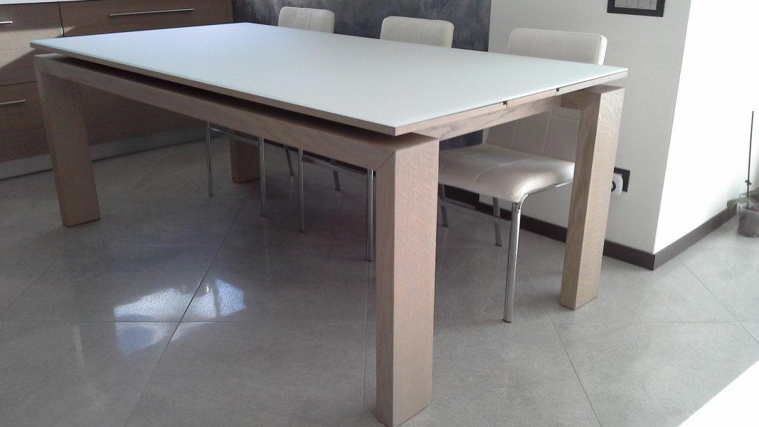 Moderno tavolo in legno massello di rovere tinto grigio cenere, con piano in vetro sospeso