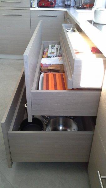 Spaziosi e profondi cassetti in legno a tema
