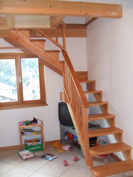 Scale e soppalchi in legno massello della bella franco for Coprigradini per scale in legno