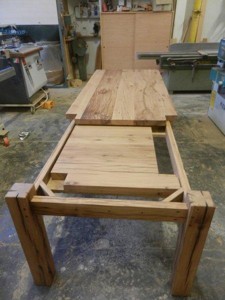 gamba dallo stile lineare e pulito in puro legno