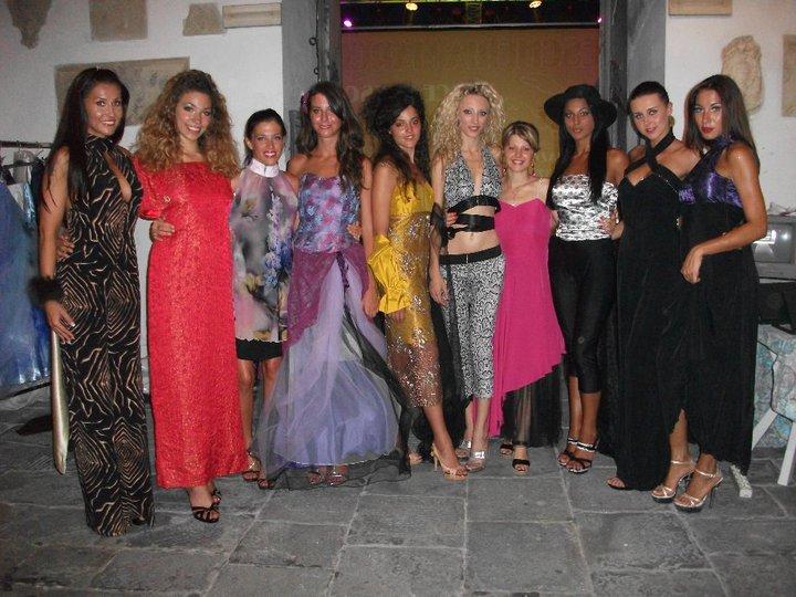 Chiara Plazzotta  in mezzo alle  sue  modelle