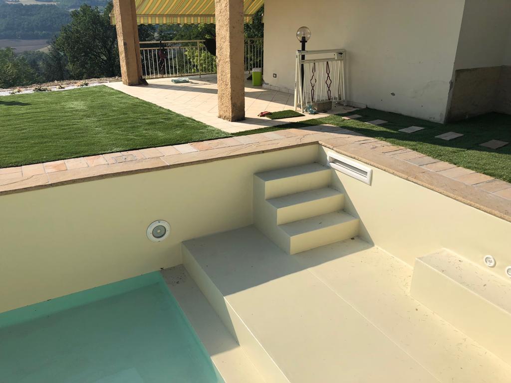 Prato sintetico a bordo piscina