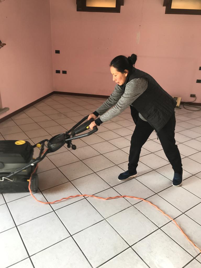 Sgrassamento pavimenti mediante lava-asciuga