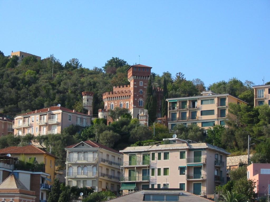 Appartamenti vista interna a Finale Ligure. Chiama LA VILLA sas - Residence del Mare tel 019 6816261 cell 393 9074988promozione